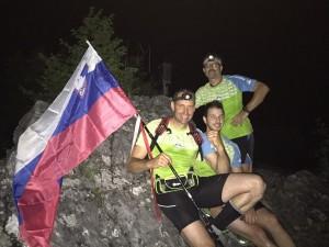 Slovenska zastava je na vrhu Huma plapolala cel čas podviga. (Foto: osebni arhiv Matjaža Sluge)